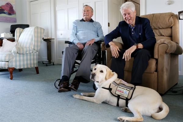 죽기 얼마 전에 빌 클린턴(오른쪽)의 방문을 받은 아버지 부시.