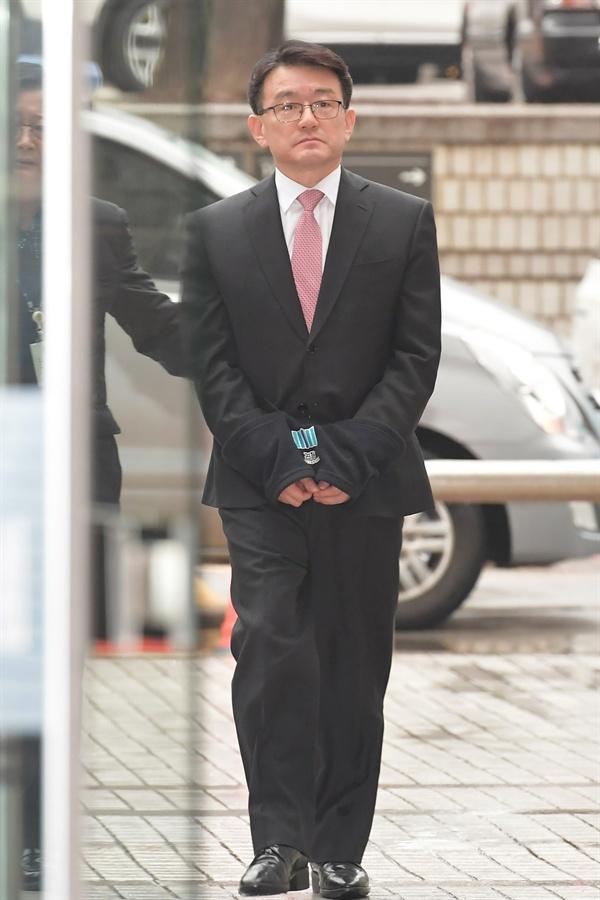 세월호 참사 당시 유가족 등에 대한 민간인 사찰을 지시했다는 혐의로 구속영장 (직권남용 권리행사방해)이 청구된 이재수 전 국군기무사령부 사령관이 3일 오전 구속 전 피의자심문(영장실질심사)을 받기 위해 서울 서초동 서울중앙지방법원에 출석하고 있다. 2018.12.3