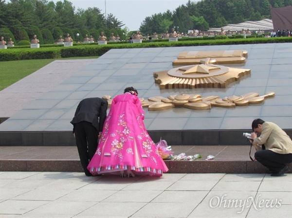 결혼식을 마친 부부가 혁명열사능을 참배하고 있는 모습(2012년 5월 10일 촬영).