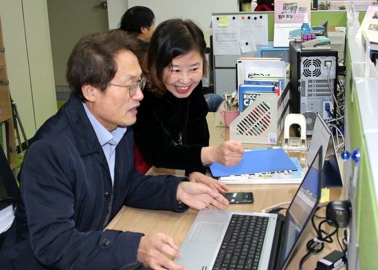 김은형 혁신부장에게 학교 업무를 배우고 있는 '교사 조희연'.
