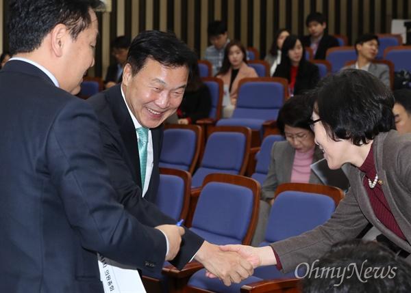 바른미래당 손학규 대표가 4일 오전 국회에서 열린 의원총회에서 의원들과 인사하고 있다.