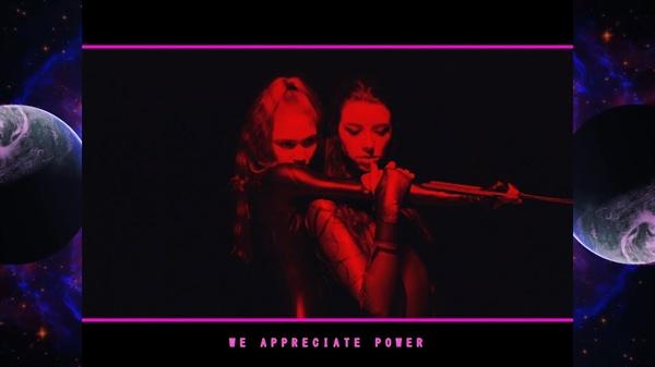 그라임스의 신곡 'We appreciate power' 뮤직비디오의 한 장면