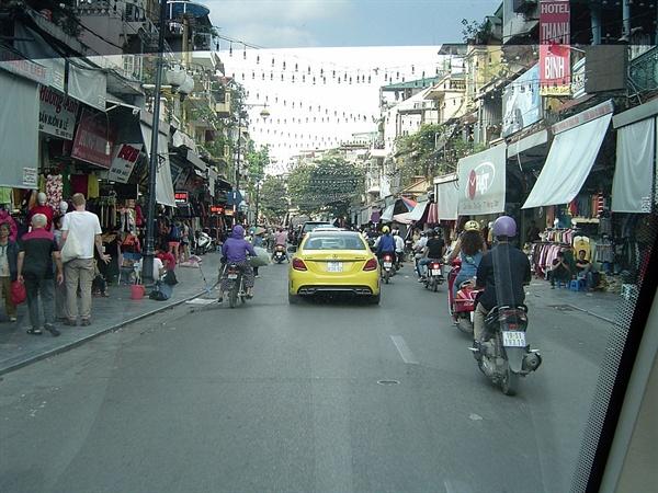 오토바이와 사람들로  북적이는 하노이 36거리 모습