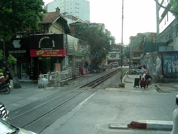 하노이 중심부 철길 모습