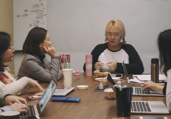 '회고' 중인 발코니 클럽 멤버들.