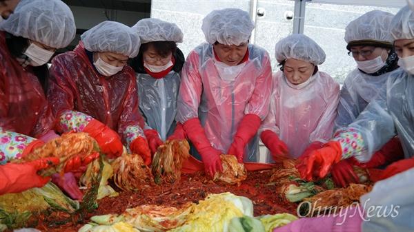 자유한국당 대구시당은 5일 당사 앞 마당에서 사랑의 김장담그기 행사를 갖고 저소득층 360세대에 김장과 떡국떡 등을 전달했다.