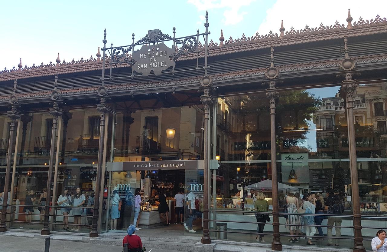 19세기에 지어 진 철골구조의 산 미구엘 시장. 각종 식료품과 작은 음식점이 오밀조밀 모여 있는 시장입니다.