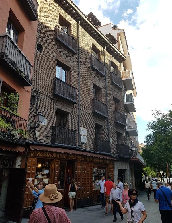 725년 처음 문을 연 290년 전통의 세계 최장수 레스토랑 '보틴'. 이곳에서는 새끼돼지를 통째로 구운 '코치니요 아사다'가 최고 인기 메뉴라고 합니다.