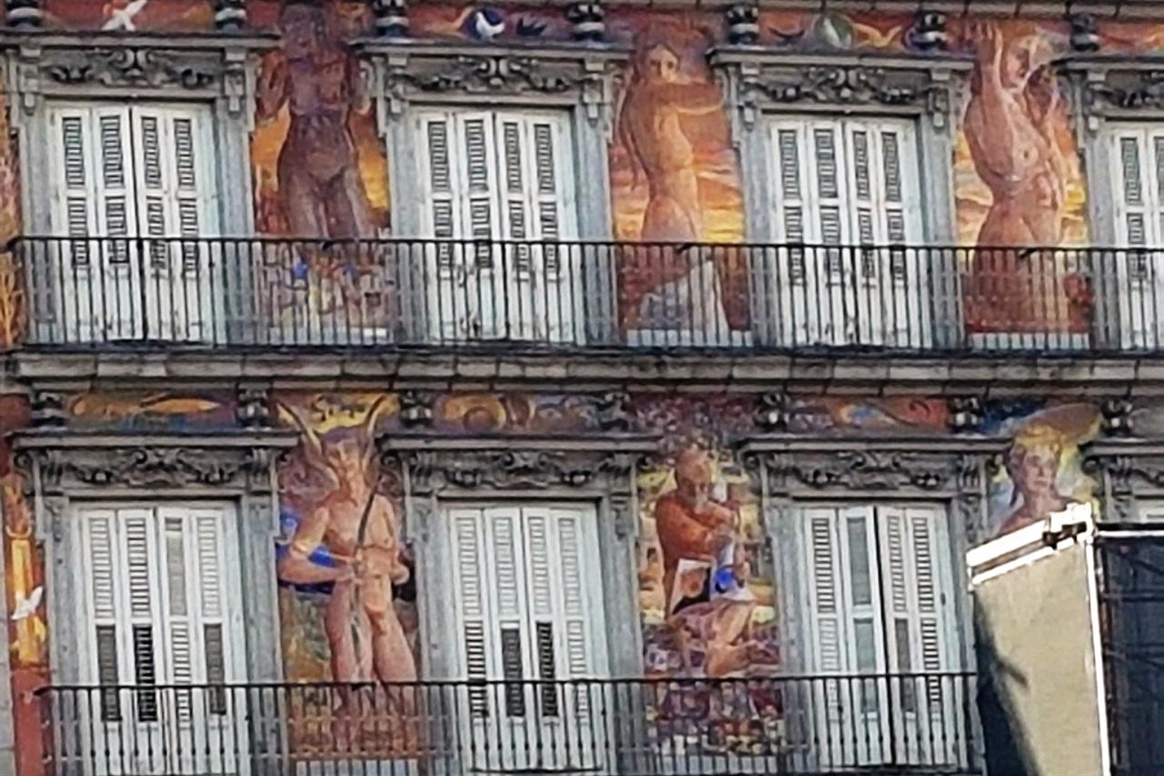 마요르 광장에서 빵의 집이라는 '카사 데 라 파나데리아' 벽면의 프레스코화가 관광객들의 시선을 붙잡습니다.
