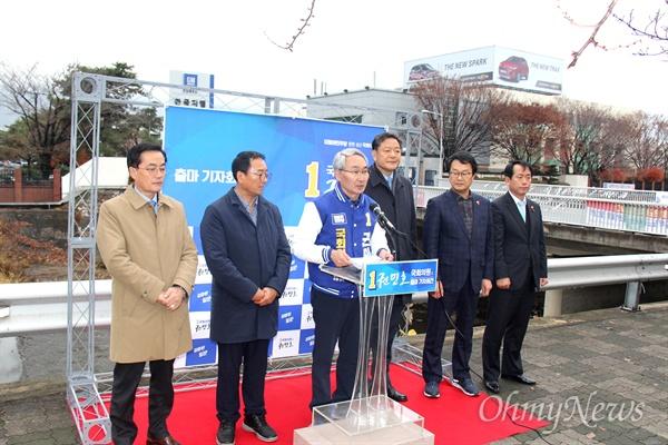 내년 4월 치러지는 창원성산 국회의원 보궐선거에 출마하는 더불어민주당 권민호 예비후보는 12월 6일 오전 한국지엠 창원공장 앞에서 출마선언했다.
