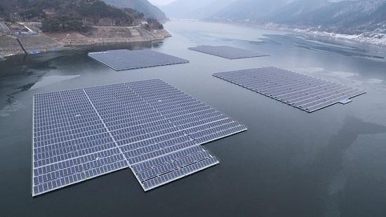 충남 보령시 보령호에 한국수자원공사 등이 건설한 수상태양광발전소. 320와트(W) 태양광패널 6264장을 설치, 2MW의 설비용량을 갖추고 2016년 3월부터 전기를 생산하고 있다.