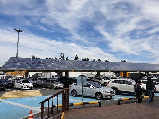 경기도 용인시 용인휴게소 주차장에 태양광 패널로 설치한 지붕. 노상주차장에 설치한 태양광 패널은 유휴공간을 이용한 전력생산이라는 경제성 외에 비와 눈을 막고 그늘을 만들어 운전자 편의를 높이는 효과도 있으나 과천에서는 주민 반대로 사업계획이 중단됐다.