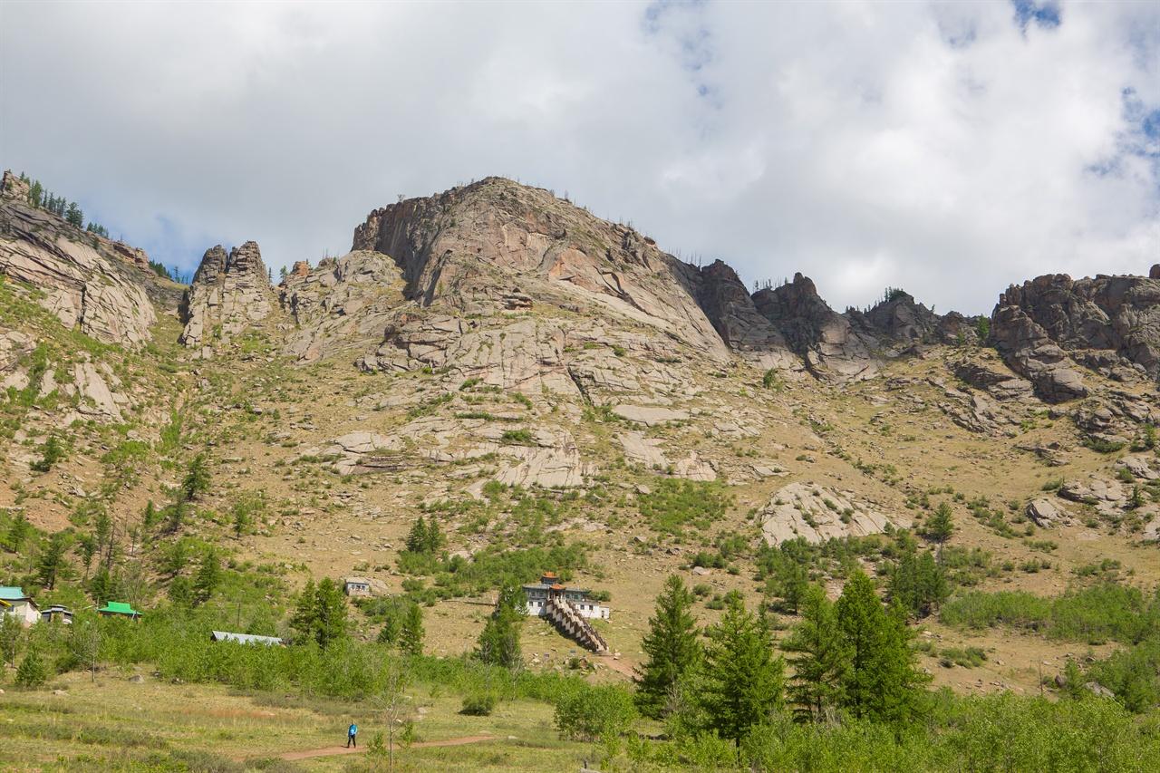 바위산이 만들어내는 웅장한 풍광이 여행자를 유혹하는 몽골.
