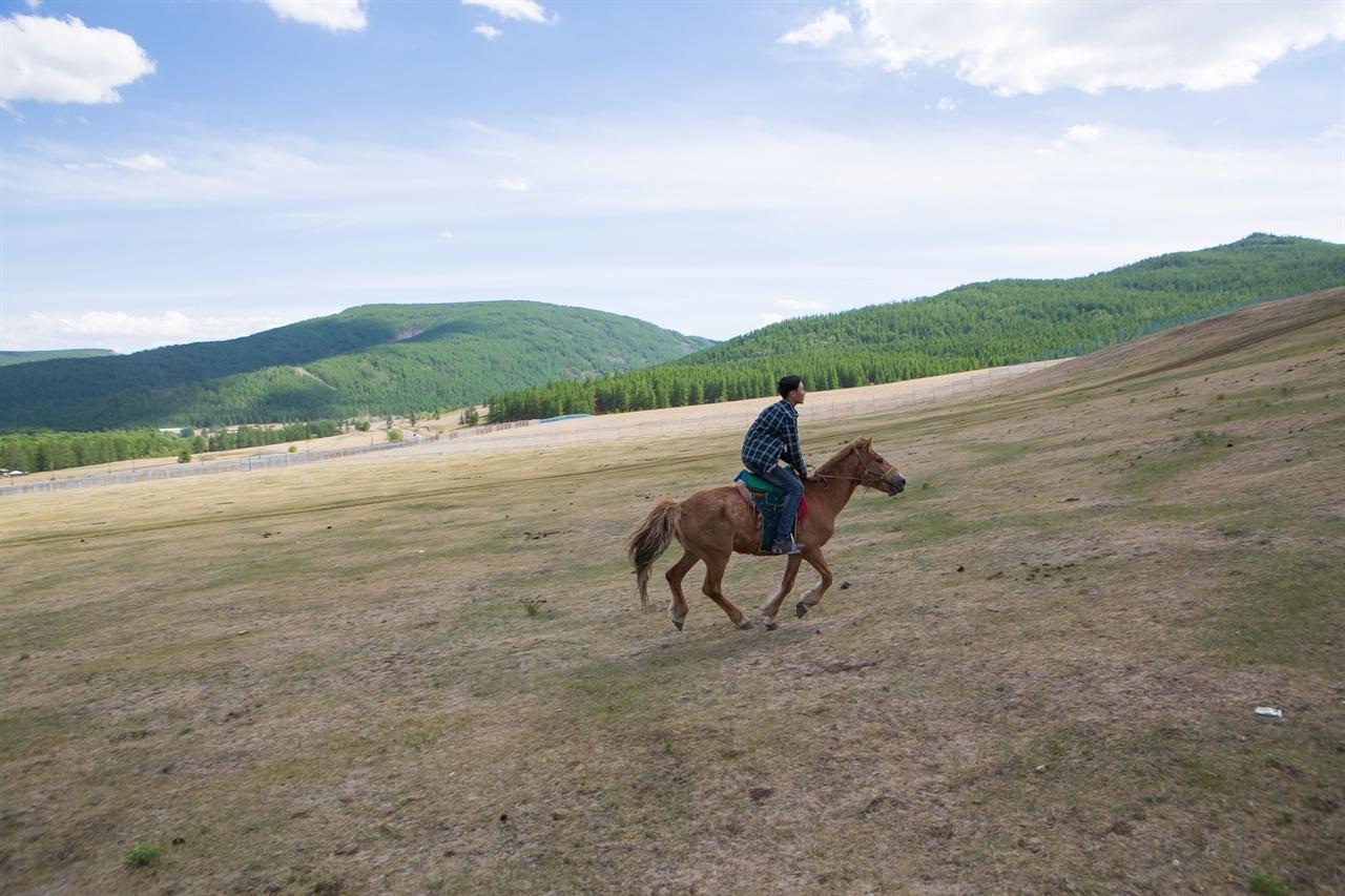 몽골 여행에선 말에 올라 초원을 달리는 즐거움도 누릴 수 있다.