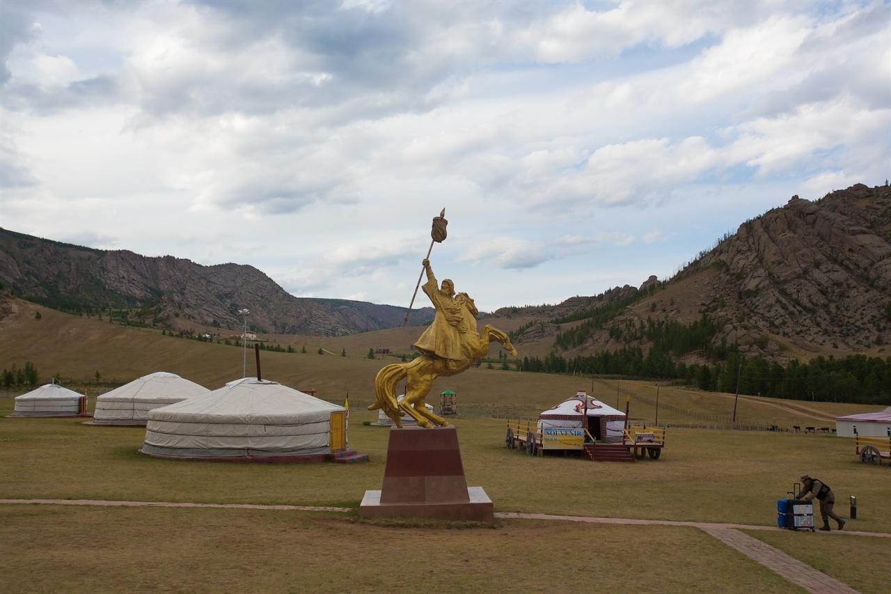 푸른 초원 위에 몽골식 텐트 '게르'가 세워져 있다.