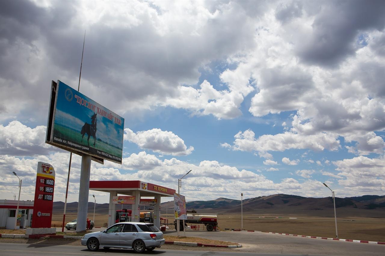 현대의 '말'이라 할 수 있는 자동차로 몽골 초원을 달리다 만난 주유소.