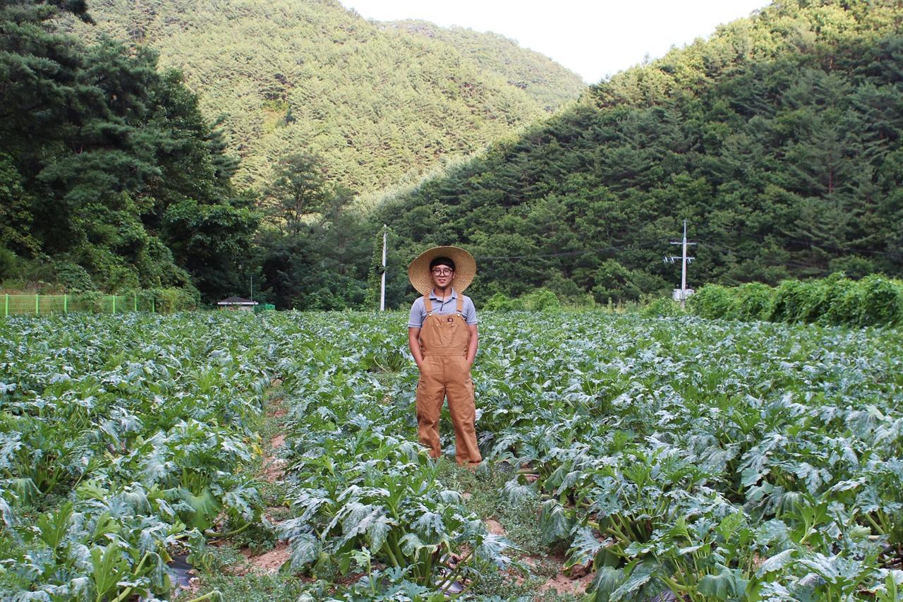 농부 오창언 농부 오창언 씨가 밭에서 포즈를 취하고 있다.
