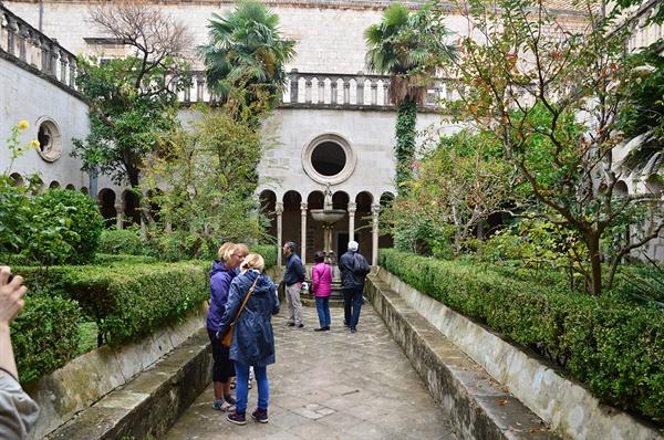 성당 안마당. 초록빛 아름다운 안마당에서는 여행자들의 감탄이 이어진다.