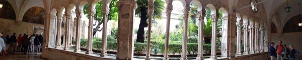 성당 회랑. 편안하고 포근함이 느껴지는 이 회랑은 유럽에서도 가장 아름다운 회랑이다.