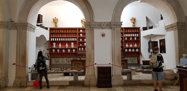성당 박물관. 박물관 입구에는 중세 약국의 모습이 그대로 재현되어 있다.