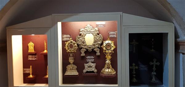 화려한 예배용품. 미사 등에 사용되던 예배용품들은 금박으로 화려하기 그지 없다.