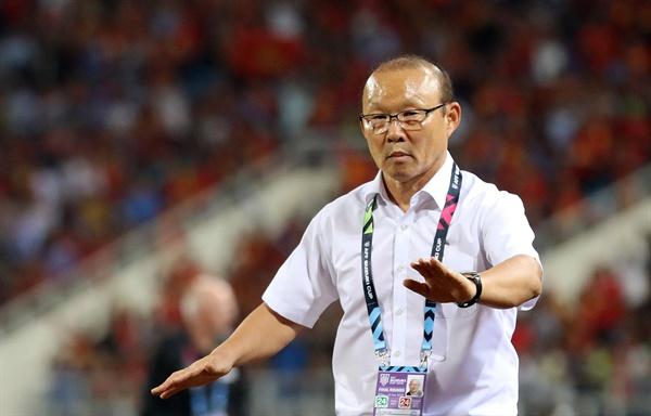 베트남은 6일 베트남 하노이 미딘 국립 경기장에서 열린 2018 스즈키컵 준결승 2차전 홈 경기에서 필리핀을 2-1로 꺾었다. 사진은 경기를 지켜보고 있는 박항서 감독.
