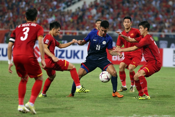 베트남은 6일 베트남 하노이 미딘 국립 경기장에서 열린 2018 스즈키컵 준결승 2차전 홈 경기에서 필리핀을 2-1로 꺾었다. 사진은 경기 중인 선수들의 모습.
