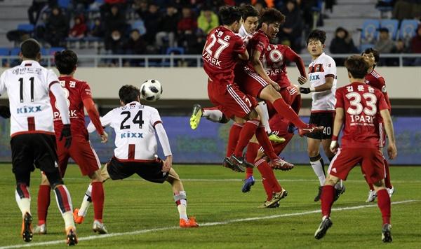 6일 오후 부산 서구 구덕운동장에서 열린 프로축구 승강플레이오프 FC서울과 부산아이파크 1차전. 서울 정현철이 후반 추가골을 넣고 있다.