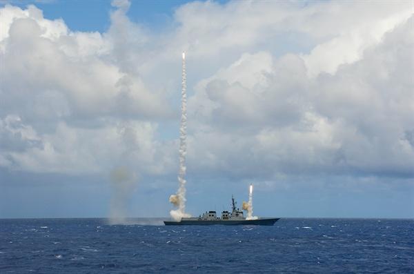 서애류성룡함, SM-2 미사일 첫 요격훈련 성공 환태평양훈련(림팩)에 참가 중인 해군 구축함 서애류성룡함(7천600t급)이 본격적인 훈련에 앞서 지난달 18일 하와이 근해에서 처음으로 SM-2 대공미사일을 발사해 우리 함정으로 날아오는 2개의 표적을 요격하는 등 4발의 유도탄 발사를 모두 성공적으로 마쳤다. 2014.7.6 <<해군>>