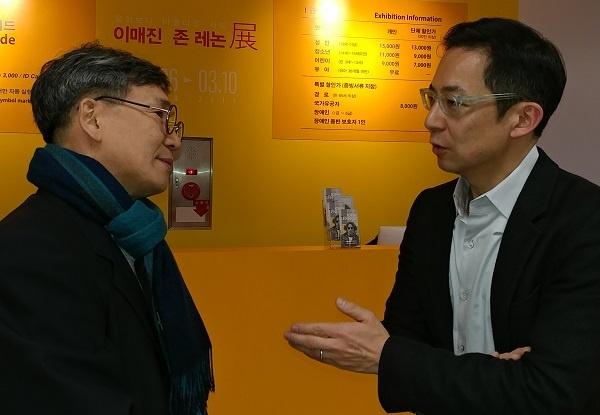 펠리스 박  기자와 대화하고 있는 전시 디렉터인 펠리스 박(우)이다.
