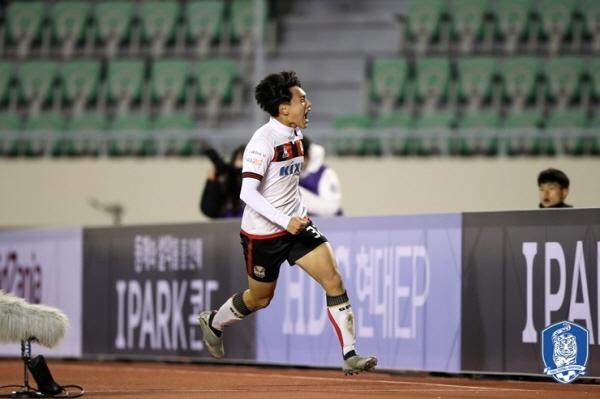 K리그 승강 플레이오프 1차전 서울과 부산의 경기에서 후반 동점골을 터뜨린 조영욱이 기뻐하고 있다.