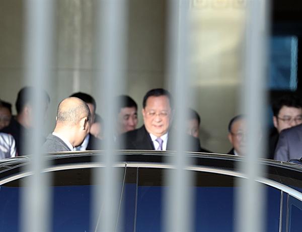 리용호 북한 외무상이 6일 오후 베트남과 시리아 방문을 마치고 이날 오후 3시30분께(현지시간) 베이징(北京) 서우두(首都) 공항에 도착했다. 리 외무상은 이날부터 2박3일간 중국에 머물며 왕이(王毅) 중국 외교 담당 국무위원 겸 외교부장를 비롯해 최고위급 인사들과 회동할 것으로 보인다.