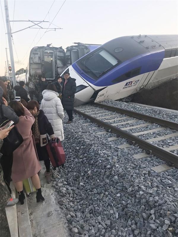 8일 오전 7시 35분경 강릉에서 서울로 향하던 경강선 ktx열차가 출발한지 5분여 만에 차량 4개가 선로를 이탈하는 사고가 발생해 탑승객들이 인근 비닐하우스로 대피해는 사고가 발생했다.