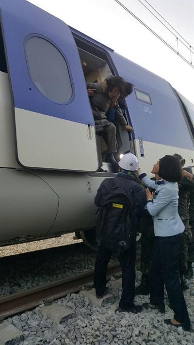 탈선한 KTX 열차에서 탈출하는 시민들