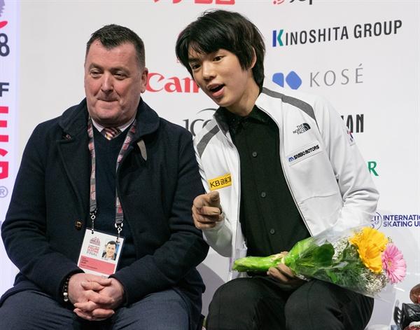 7일(한국시간) 캐나다 밴쿠버에서 열린 2018-2019 국제빙상경기연맹(ISU) 피겨 그랑프리 파이널 남자 싱글 쇼트 프로그램이 끝나고 점수 기다리는 차준환과 오서 코치의 모습.