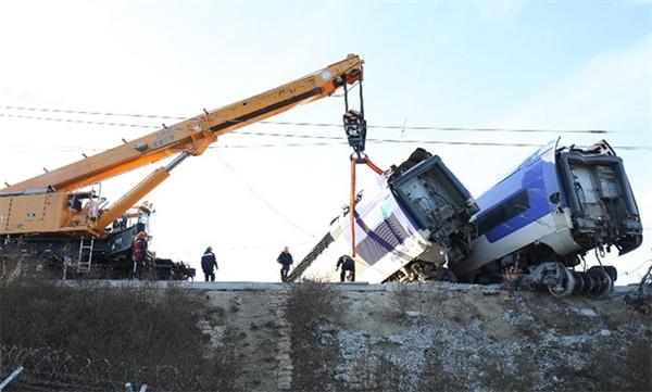 8일 오전 7시 35분 쯤 강릉에서 발생한 KTX열차 사고 차량이 크레인에 의해 옮겨지고 있다.