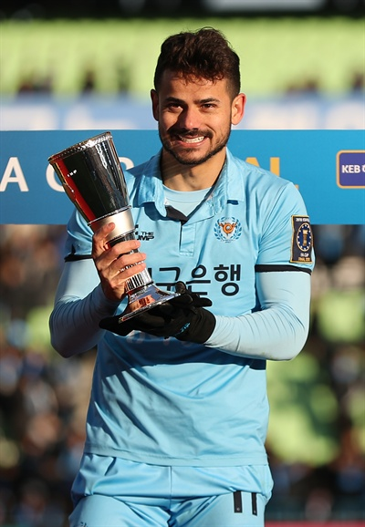 8일 대구스타디움에서 열린 2018 KEB 하나은행 FA컵 결승 2차전 대구FC와 울산 현대의 경기에서 승리해 우승한 대구FC 세징야가 MVP를 수상하고 있다. 2018.12.8