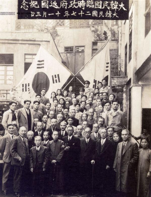 임시정부 환국 기념 촬영 사진.(1945년 11월 3일) 맨 앞줄 백범 김구 왼쪽이 김규식이다.