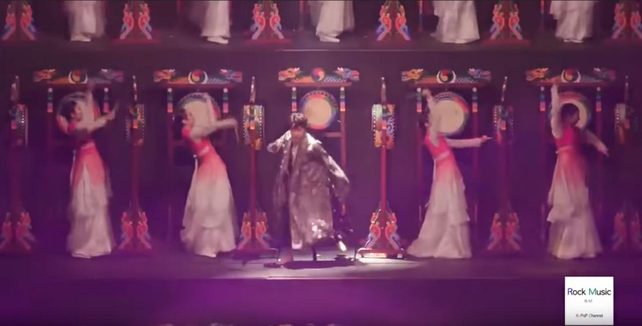 서울 고척 스카이돔에서 열린 '2018 멜론 뮤직어워드'에서 삼고무 퍼포먼스를 선보인 방탄소년단.