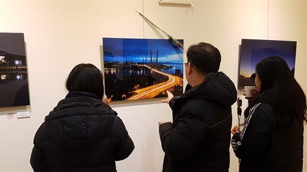 예산문예회관 전시실에서 열린 이번 사진전은 '예산을 담는 사람들 (아래, 예담)'의 제11회 사진전시회로. 지난 6일부터 9일까지 4일간 열렸다. 한 관람색이 사진을 바라보고 있다.