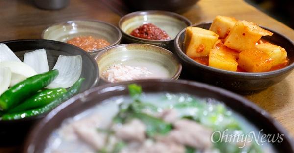 순대국밥을 제대로 하는 곳인지를 보려면 새우젓만 봐도 대략 감을 잡는다. 젓국 없이 새우젓만 나온다면 음식을 제대로 하는 곳이다.