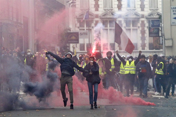 8일(현지시간) 프랑스 파리에서 '노란조끼'(Gilets Jaunes) 시위대가 경찰과 충돌하고 있다. 이날 '노란조끼' 시위대는 파리, 마르세유 등 프랑스 곳곳에서 12만5천여명이 참가한 가운데 네 번째 대규모 집회를 열고 부유세 부활과 서민복지 추가대책 등을 요구했다.