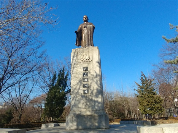 박정희 정권은 애국선열들을 모신 효창원에 원효대사 동상을 세웠다.