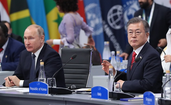 문재인 대통령이 지난 11월 30일 오후(현지시간) 아르헨티나 부에노스아이레스 코스타 살게로 센터에서 열린 2018 G20 정상회의 세션1회의에 참석, 블라디미르 푸틴 러시아 대통령과 나란히 앉아 있다.
