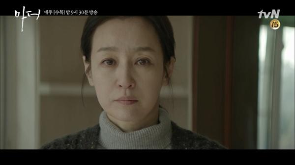 tvN 드라마 <마더>의 한 장면. <마더>에서 남기애는 남편을 살해하고 형을 살고나온 뒤 딸 이보영을 찾아간다.