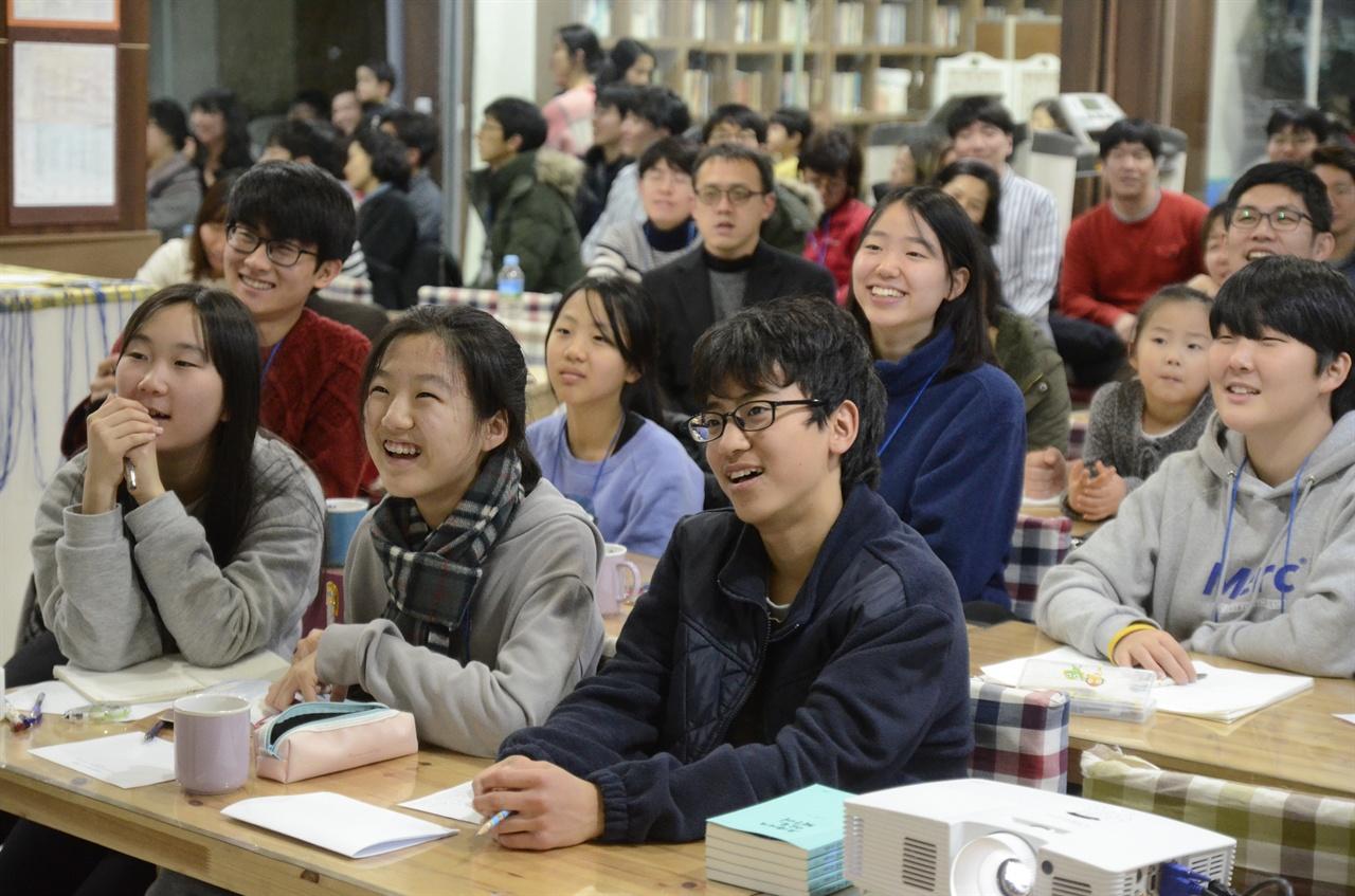 경청 중인 교육문화연구학교 참가자들