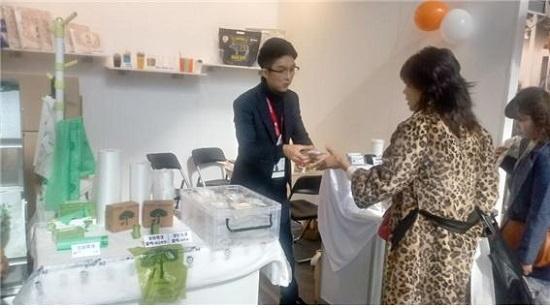 지난 10일 코엑스에서 열린 '서울 카페쇼'에서 ㈜하이그린의 정태호 과장이 옥수수 전분에서 추출한 원료로 만든 PLA 제품을 관람객들에게 설명하고 있다.
