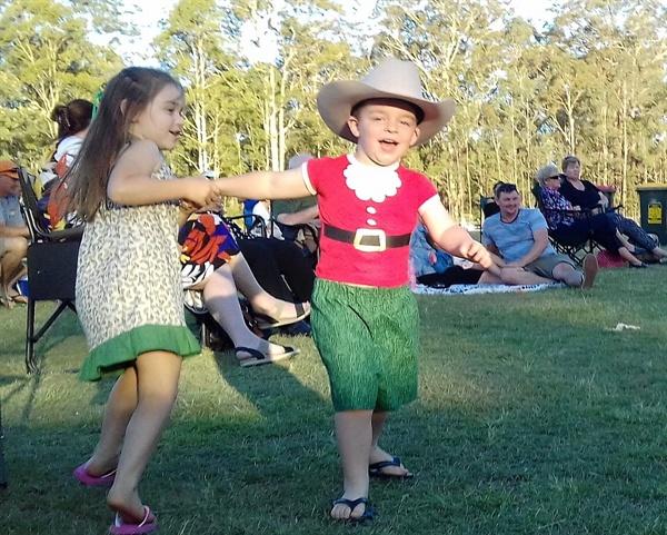 티노니(Tinonee) 동네에서 열린 크리스마스 축제 모습; 크리스마스 파티의 주인공인 아이들이 음악에 맞추어 춤을 추며 어른들의 시선을 끈다.