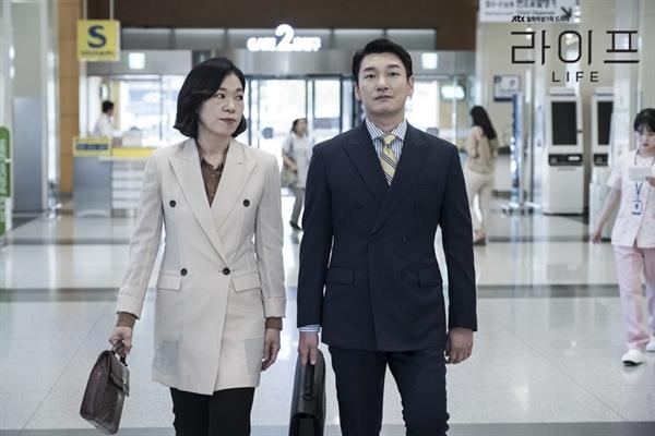 JTBC 드라마 <라이프>에서 강경아 팀장 역을 맡은 배우 염혜란(왼쪽)
