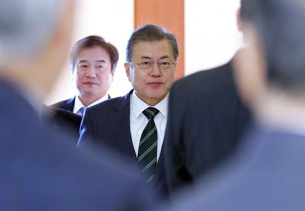 문재인 대통령이 14일 오전 청와대에서 열린 한일의원연맹 대표단 접견을 위해 입장하고 있다.